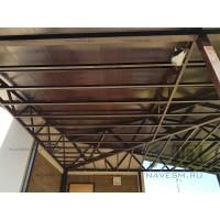 Навес с двускатной крышей из металлочерепицы