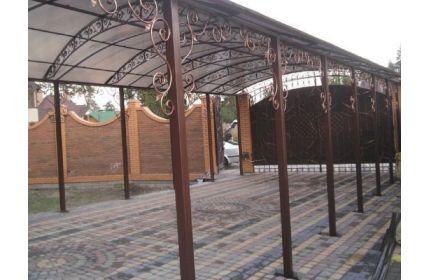 Кованый навес во дворе арочный