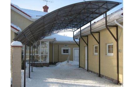Навес для двора с нахлестом на крышу