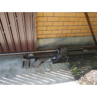 Простые откатные ворота с металлическим штакетником