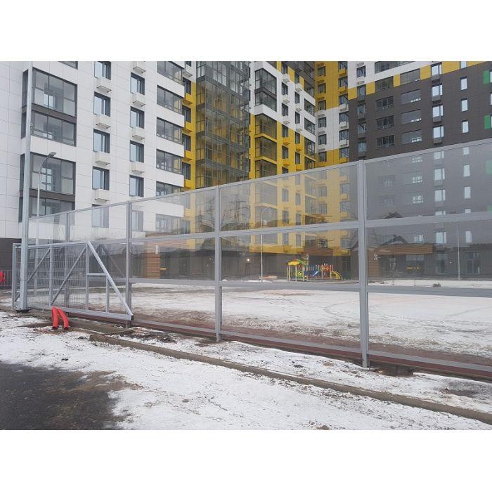 Забор с монолитным поликарбонатом.