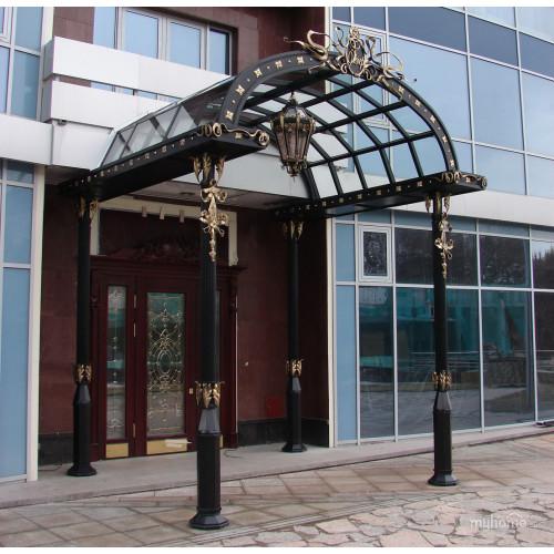 Козырек над входом в офисное здание