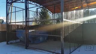 Обзор навеса и зашитого сеткой с воротами